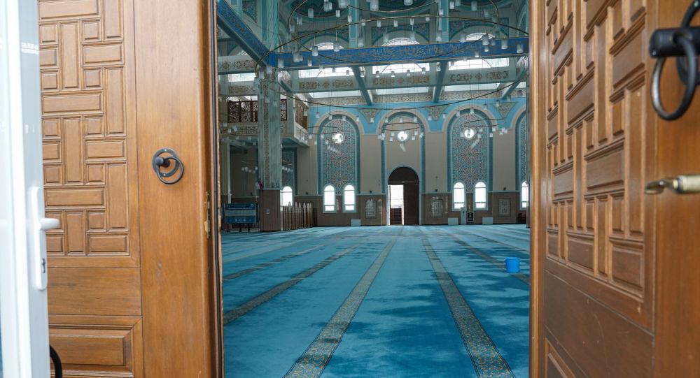 Зал одной из столичных мечетей после объявления режима чрезвычайной ситуации в Казахстане
