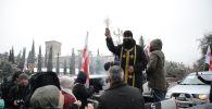 Пикап и иконы:  священники на внедорожниках в Тбилиси борются с коронавирусом святой водой