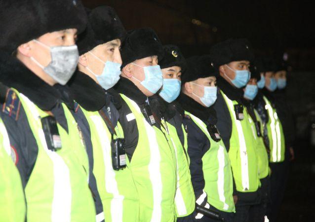 Полиция Нур-Султана патрулирует улицы города во время карантина и ЧП