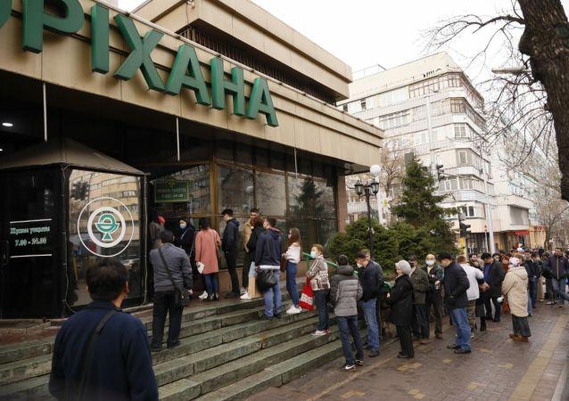 В Центральной аптеке Алматы очередь доходит до проезжей части