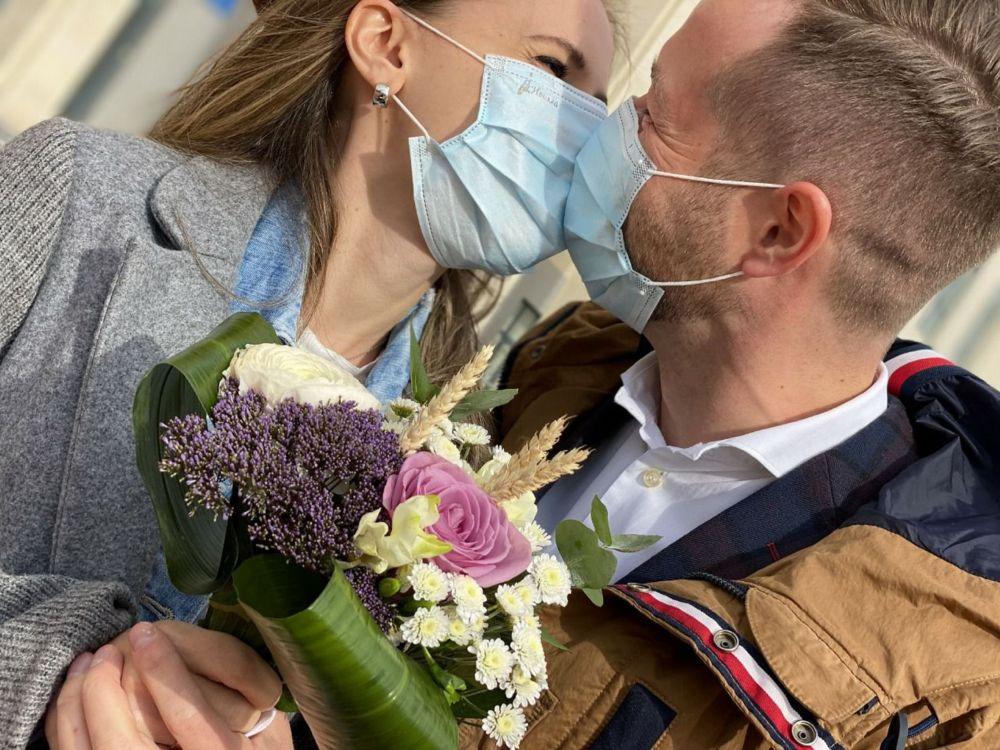 Журналисты Иван Тулинов и Елена Шрайбер поженились во время чрезвычайного положения в Казахстане накануне закрытия Нур-Султана на карантин.