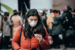 Девушка в маске на автовокзале в Нур-Султане накануне карантина