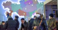 Люди в масках на автовокзале в Нур-Султане накануне карантина