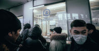 Люди у кассы автовокзала в Нур-Султане накануне карантина