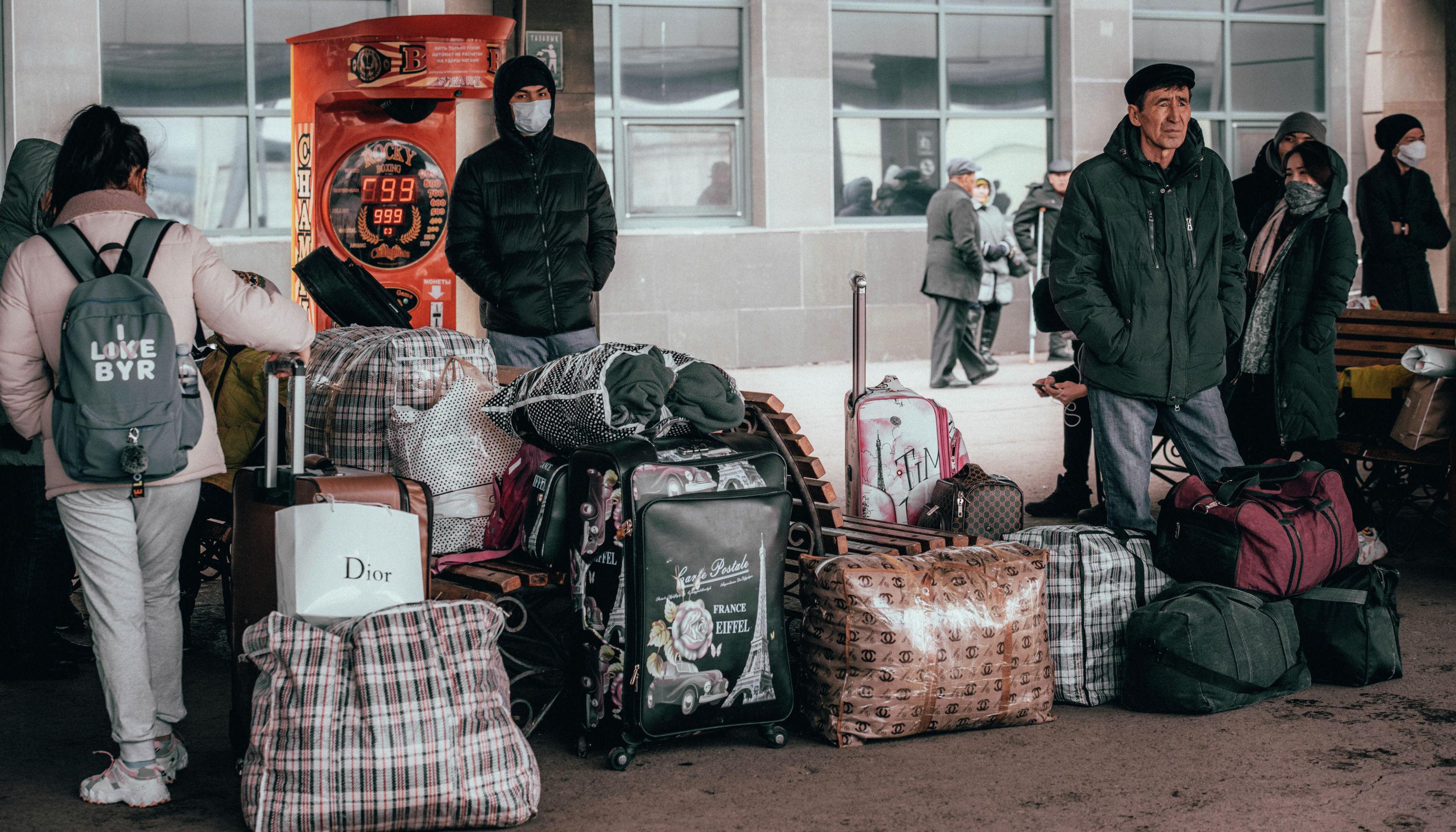 Люди в масках на железнодорожном вокзале Нур-Султана