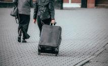 Девушка с чемоданом у вокзала в Нур-Султане