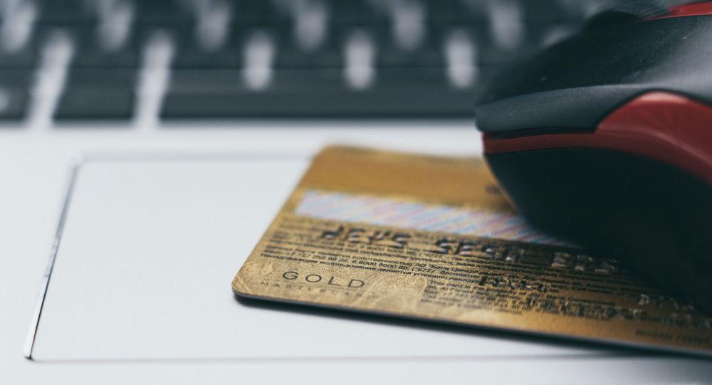 Банковская карта на ноутбуке, покупки в интернете