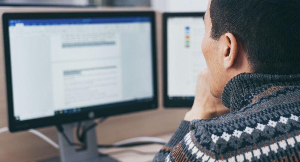 Компьюетер алдында отырған ер адам, архивтегі сурет