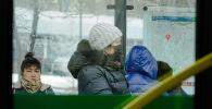 Люди в масках на остановке в Нур-Султане