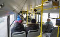 Пассажиры в автобусе в Нур-Султане после введения карантина