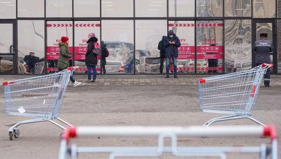 Люди в масках у гипермаркета в Нур-Султане после введения карантина