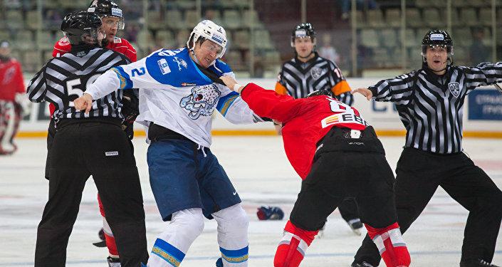 Драка между хоккеистами Романом Савченко с Евгением Виксной