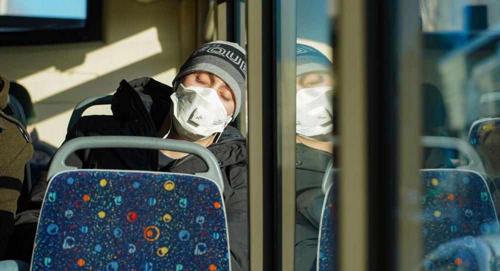Астанада карантин енгізілгеннен кейін маска киіп жүрген жолаушылар