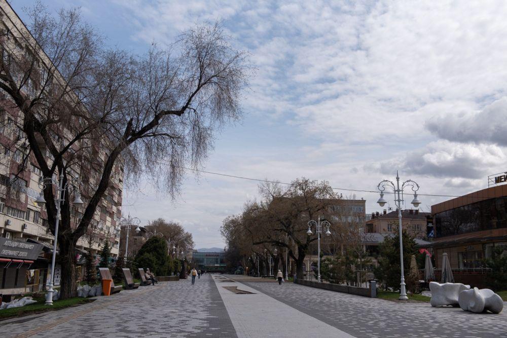 Алматинский Арбат без толпы яркой молодежи выглядит непривычно тоскливо