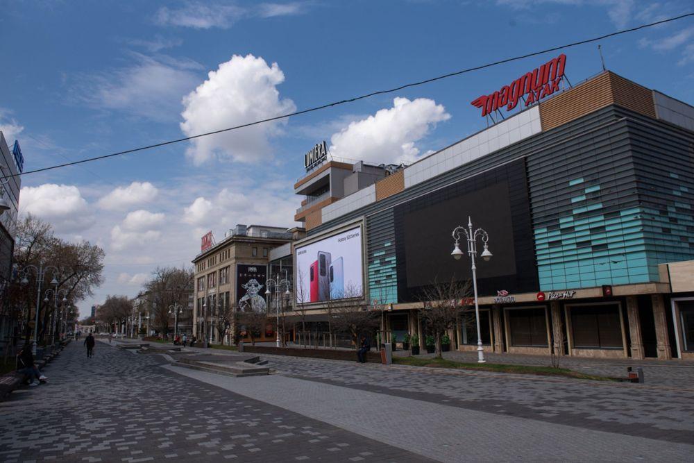 Закрыт ЦУМ, а также многочисленные бутики и магазинчики.
