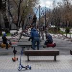 На пешеходных зонах и в парках можно встретить редких прохожих