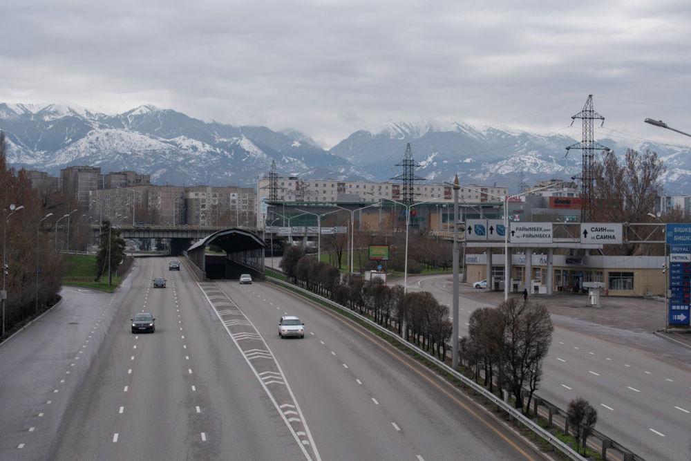 Улицы без машин и пробок выглядят непривычно. Но воздух стал значительно чище - горы видны издалека