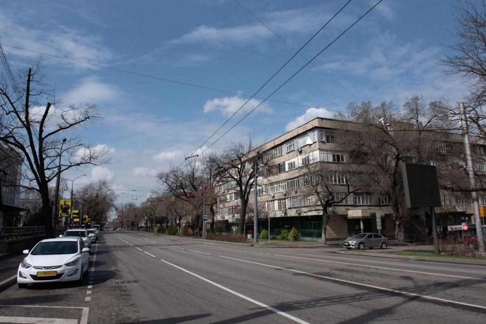 Улицы без машин и толп народа выглядят непривычно пусто