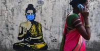 Будда в защитной маске на граффити в Мумбае