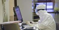 Медработник в защитном костюме во время дежурства в больнице