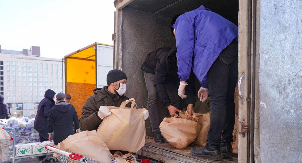 В гипермаркете Нур-Султана готовят пакеты помощи малоимущим