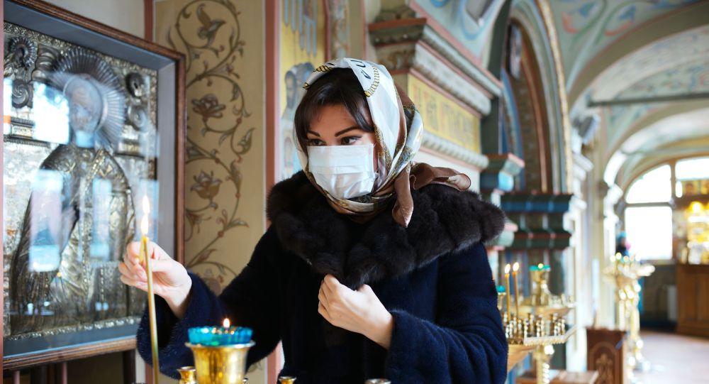 Прихожанка в Соборе Казанской Иконы Божией Матери на Красной площади в Москв