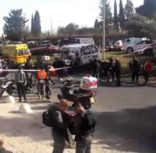 Грузовик протаранил группу военных в Иерусалиме. Кадры с места ЧП