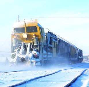 Архивное фото снегоуборочной техники на железнодорожных путях