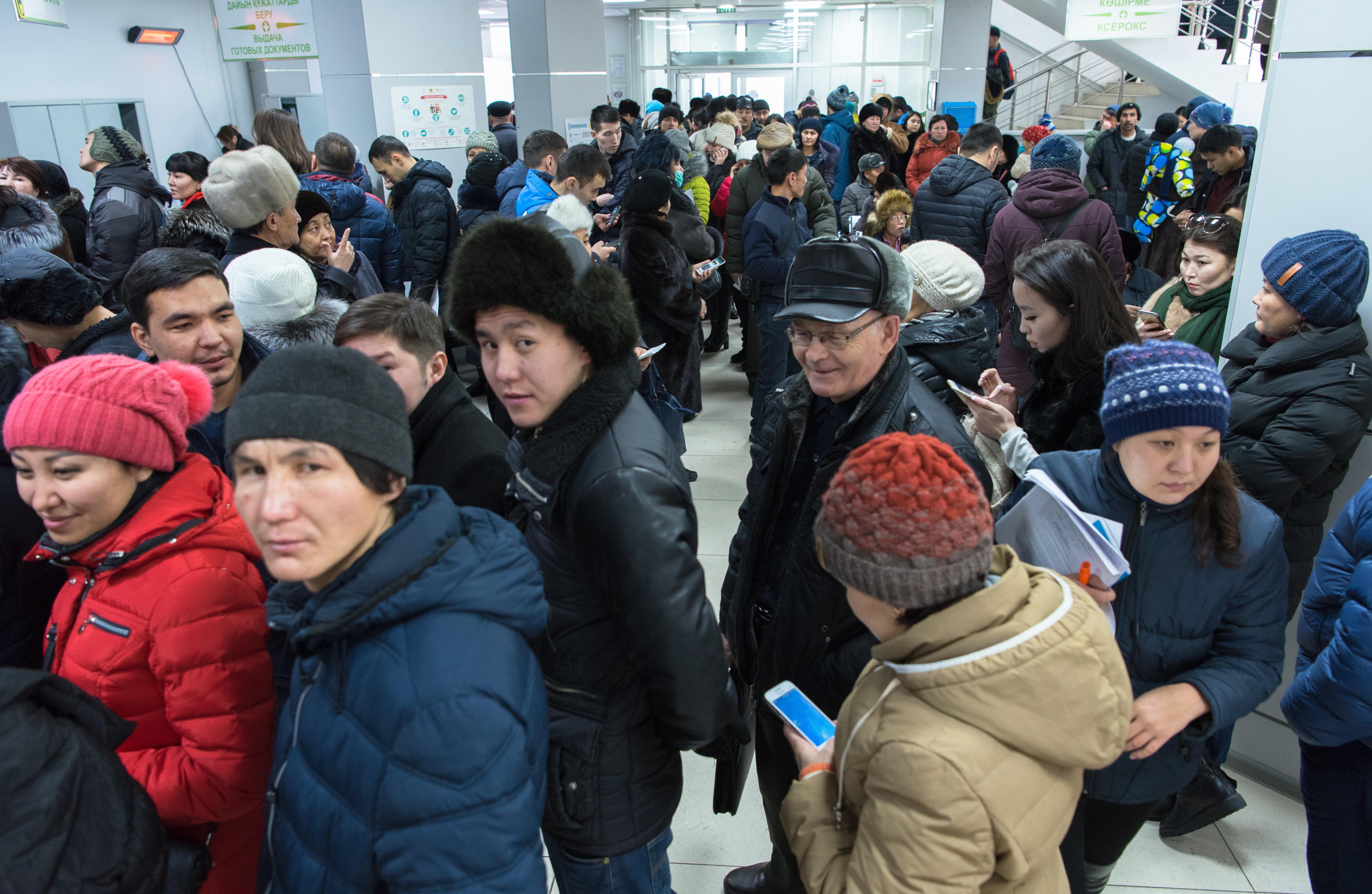 Очередь в ЦОНах, казахстанцы оформляют временную регистрацию