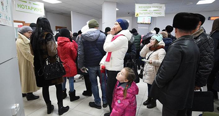 Тысячи людей простаивают в очередях в ЦОНах Казахстана