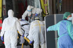 Медики принимают зараженного коронавирусом пациента