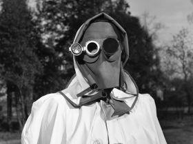 1957 жылы Гамбургте радиоактивті химикаттардан қорғаныс құралы  ретінде осындай бетке арналған маска ұсынылды.
