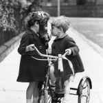 На дворе 1938 год, дети на прогулке надели противогазы для защиты от воздушной атаки в Хакни