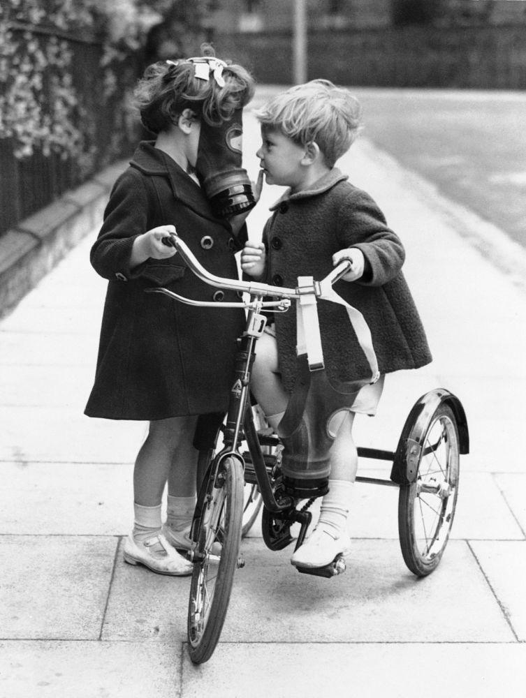 1938 жылы Англияның Хакни қаласында аулаға серуендеуге шыққан балалар әуе шабуылынан сақтану үшін газдан қорғану маскаларын киіп жүрді.