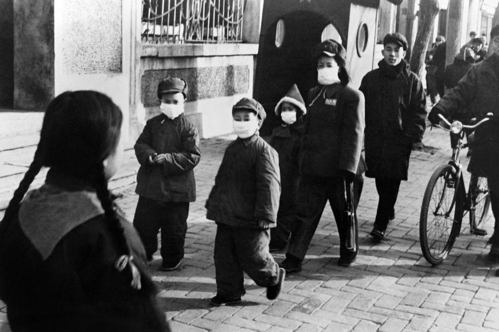 1954 жыл. Бейжің көшелеріндегі қорғаныс маскаларын киген адамдар.