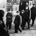 Люди в защитных масках на улицах Пекина в 1954 году