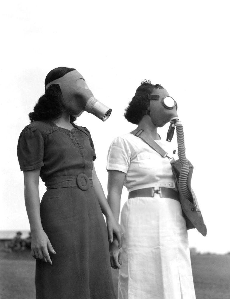 1941 жыл. Маниладағы бомбадан қорғану жолында газға қарсы маскалар киген филиппиндіктер.