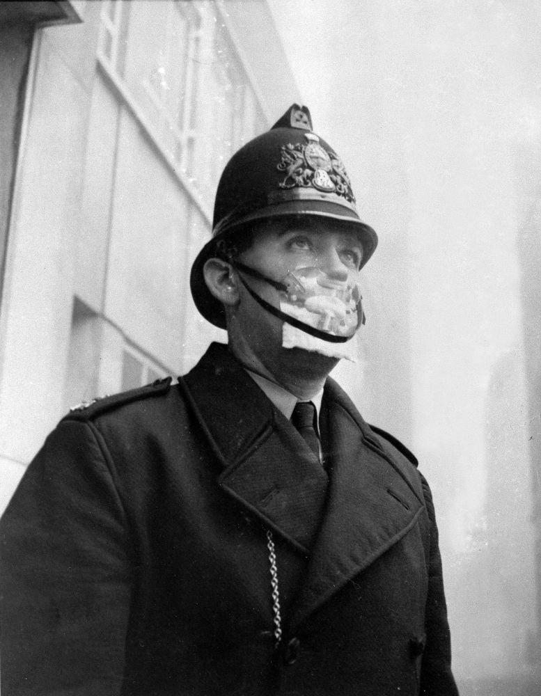 Улы тұмша – 1952 жылы желтоқсанда Лондондағы ауаның ауыр ластануы. Бұл негізінен қала аспанында көмір түтінінен құралған ауаның қалың қабаты еді. Суретте қорғаныс маскасындағы британдық полиция қызметкері бейнеленген.