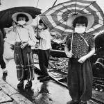 Дети в масках для защиты от облучения в разрушенной бомбардировкой Хиросиме в 1948 году