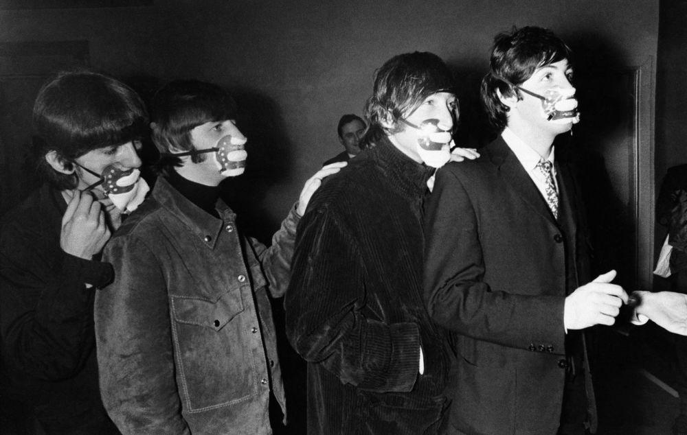1965 жылы Beatles тобының мүшелері Манчестердегі Эй-Би-Си кинотеатрында өнер көрсету үшін түтінге қарсы қорғаныс маскаларымен келді.