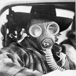 В Канаде в 1979 году произошло крушение поезда с химикатами. Во время происшествия были эвакуированы 220 тысяч жителей. На фото мужчина в противогазе в городе Миссиссога, где случилось ЧП