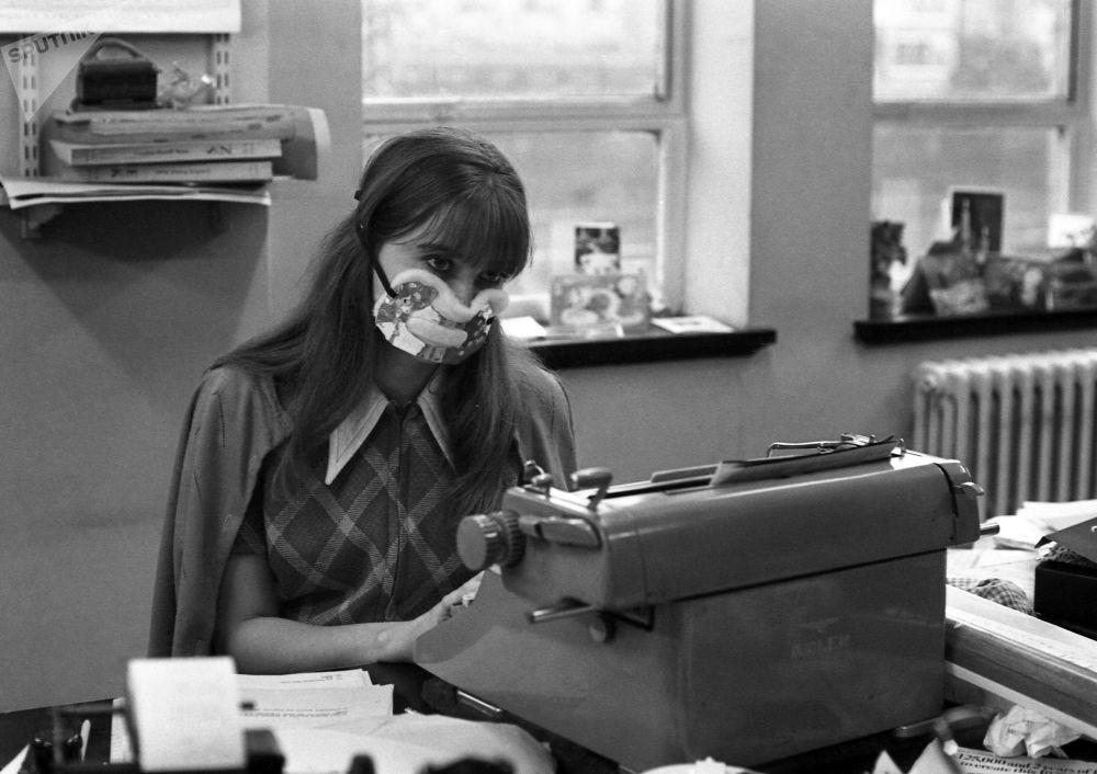 Грипп – одно из самых распространенных вирусных заболеваний в мире. В 1970 году в лондонских офисах во время эпидемии гриппа люди тоже работали в защитных масках