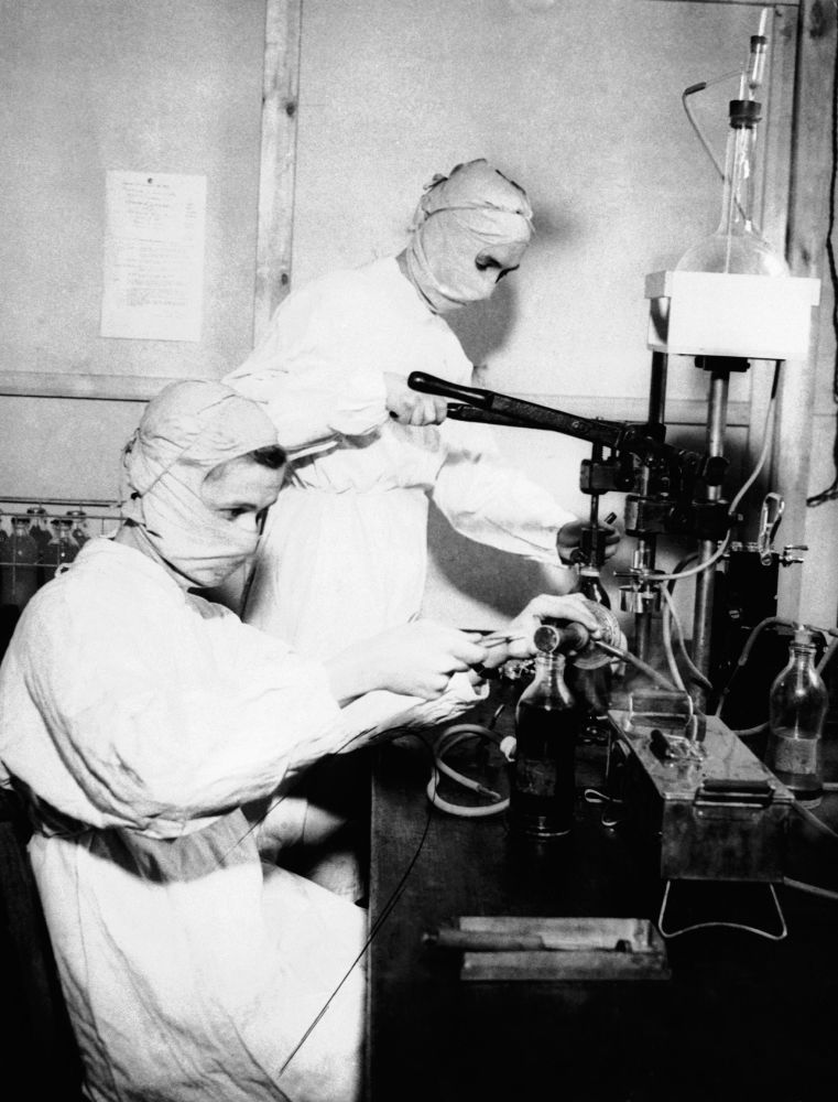 1943 жыл. Ағылшын госпиталіндегі қорғаныс маскаларын киген медбикелер.