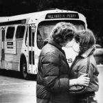 В мае 1980 года около трех сотен человек собрались посмотреть на извержение вулкана Сент-Хеленс в штате Вашингтон в США. Люди не знали, что вместо красивого зрелища их ждет настоящий ад на земле в виде выброса пепла. Но даже в такой момент всегда есть место для любви. На фото целующиеся школьники в защитных масках