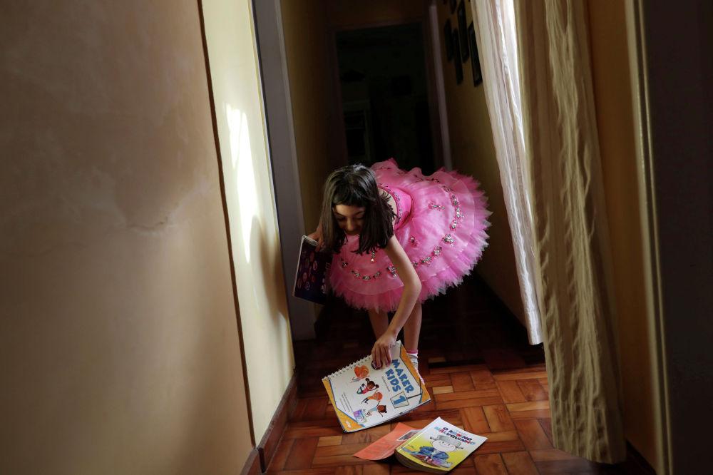 Девочка готовится к занятиям дома