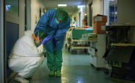 Врачи в защитных костюмах на дежурстве в больнице с коронавирусом