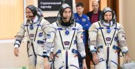 Оңнан солға қарай: Роскосмос ғарышкері Иван Вагнер мен Анатолий Иванишин және НАСА ғарышкері Кристофер Кэссиди