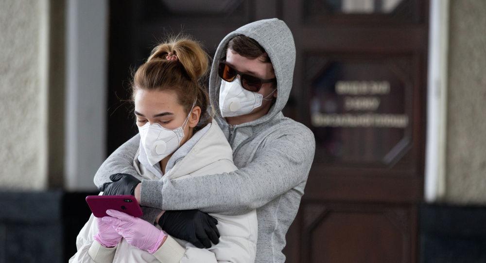 Девушка и парень в защитных масках