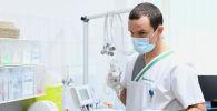 Медработник в маске готовит препараты для пациента