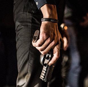 Архивное фото человека, вооруженного пистолетом